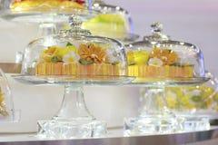 储蓄照片:在一个玻璃钟形玻璃容器的蛋糕 库存图片