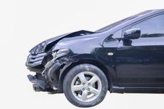 储蓄照片:在白色后面在事故的一辆黑汽车隔绝的 库存照片