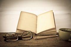 储蓄照片:旧书开放空白页,在da的空的黄色纸 免版税库存图片