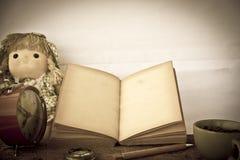 储蓄照片:旧书开放空白页,在da的空的黄色纸 免版税库存照片