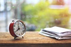 储蓄照片-在木桌上的模式减速火箭的闹钟 库存照片