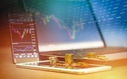 储蓄财政委员会外汇贸易的金币投资膝上型计算机片剂智能手机流动商业图表图  库存图片