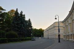 储蓄运输,庭院,一个灯笼在一个夏天晚上 免版税库存图片