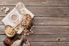 储藏啤酒和快餐 免版税图库摄影