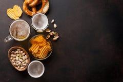 储藏啤酒和快餐 免版税库存照片