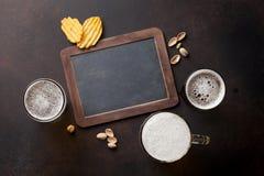 储藏啤酒和快餐 免版税库存图片