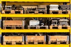 储藏存贮架子包装与木箱和板台 库存照片