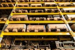 储藏存贮架子包装与木箱和板台 免版税库存图片