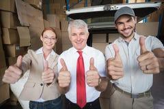 储藏微笑对照相机的经理和交付司机 免版税库存图片
