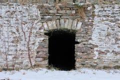 储藏根用蔬菜的地窖和石墙在冬天 库存图片