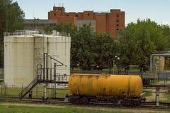 储水池和罐车 库存图片