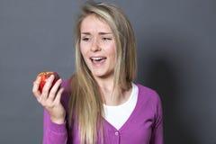 给催眠的20s女孩不抵抗在吃开胃苹果 库存照片
