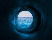 催眠隧道向海 免版税库存照片