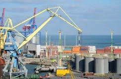 傲德萨与粮食干燥机、运输集装箱和五颜六色的起重机,乌克兰的货物口岸 免版税库存照片