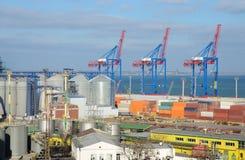 傲德萨与粮食干燥机和五颜六色的起重机,乌克兰的货物口岸 图库摄影