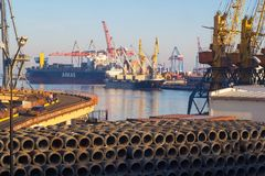 傲德萨与起重机和船的海港 库存图片