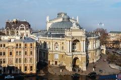 傲德萨歌剧和芭蕾舞团的顶视图在傲德萨,乌克兰的心脏 在城市和海薄雾 库存图片
