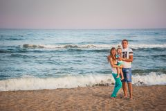 傲德萨,乌克兰- 2014年9月02日:一起拥抱在海滩的年轻愉快的爱恋的家庭在oce附近 免版税库存照片