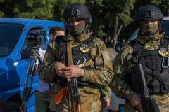 傲德萨,乌克兰- 2018年8月1日:乌克兰警察的特种部队在等级的在充分的作战形成与特别武器 ur 免版税库存照片