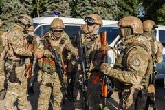 傲德萨,乌克兰- 2018年8月1日:乌克兰警察的特种部队在等级的在充分的作战形成与特别武器 ur 图库摄影
