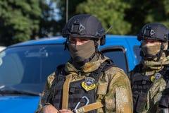 傲德萨,乌克兰- 2018年8月1日:乌克兰警察的特种部队在等级的在充分的作战形成与特别武器 ur 库存图片