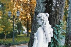 傲德萨,乌克兰- 2017年10月12日:在Th的一个白色女孩雕塑 免版税库存图片