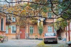 傲德萨,乌克兰- 2017年10月15日:老典型的苏联庭院 库存图片