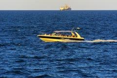 傲德萨,乌克兰- 2018年8月08日 步行的船在公海 免版税图库摄影