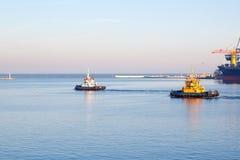 傲德萨,乌克兰- 2017 1月02日,离开傲德萨的港猛拉小船 免版税图库摄影