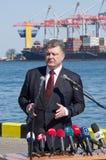 傲德萨,乌克兰- 2015年4月10日, :乌克兰总统Petro波罗申科检查了Ukrai的一艘军用大型驱逐舰的服务 免版税库存图片