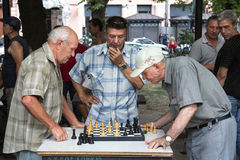 傲德萨,乌克兰- 2015年8月14日:下棋的老人在傲德萨,乌克兰公园  免版税库存照片