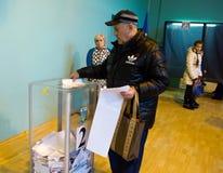 傲德萨,乌克兰- 2015年10月25日:投票vo的人的地方 免版税图库摄影