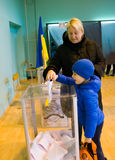 傲德萨,乌克兰- 2015年10月25日:投票vo的人的地方 库存图片