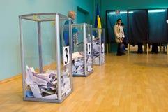 傲德萨,乌克兰- 2015年10月25日:投票vo的人的地方 免版税库存图片