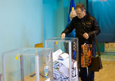 傲德萨,乌克兰- 2015年10月25日:投票vo的人的地方 免版税库存照片