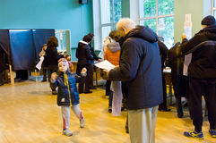 傲德萨,乌克兰- 2015年10月25日:投票vo的人的地方 库存照片