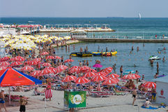 傲德萨,乌克兰- 2015年8月15日:游人晒日光浴,游泳和r 库存图片