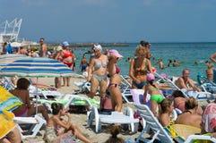 傲德萨,乌克兰- 2015年8月15日:游人晒日光浴,游泳和r 免版税库存照片