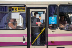 傲德萨,乌克兰- 2015年8月13日:看在marshrutka的窗口的外面乘客 免版税图库摄影
