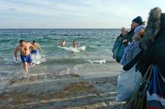 傲德萨,乌克兰2012年1月19日:--:Peopls游泳在突然显现(圣洁洗礼)期间的冰冷的水黑海中在O 免版税库存照片
