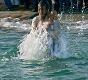 傲德萨,乌克兰2012年1月19日:--:Peopls游泳在突然显现(圣洁洗礼)期间的冰冷的水黑海中 免版税库存图片