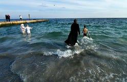傲德萨,乌克兰2012年1月19日:--:Peopls游泳在突然显现(圣洁洗礼)期间的冰冷的水黑海中 免版税库存照片