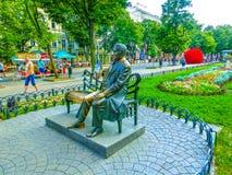 傲德萨,乌克兰- Jily 09日2017年:对列昂尼德Utyosov的纪念碑在傲德萨城市庭院里  库存图片