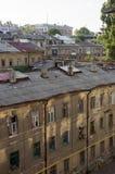 傲德萨,在乌克兰南部,希腊街道, 2018年7月10日 古老大厦 走在城市街道上在夏天 游人和trav 免版税库存照片