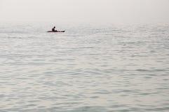 傲德萨,在乌克兰南部,黑海的海岸,海滩Langeron, 2018年6月28日 休息在水的人剪影  安静 M 图库摄影