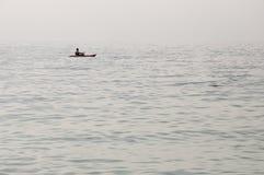傲德萨,在乌克兰南部,黑海的海岸,海滩Langeron, 2018年6月28日 休息在水的人剪影  安静 M 免版税库存图片