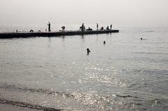 傲德萨,在乌克兰南部,黑海的海岸,海滩Langeron, 2018年6月28日 休息在水的人剪影  安静 M 免版税图库摄影