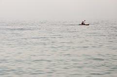 傲德萨,在乌克兰南部,黑海的海岸,海滩Langeron, 2018年6月28日 休息在水的人剪影  安静 M 库存照片