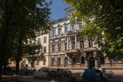 傲德萨,在乌克兰南部, Primorsky大道, 2018年7月10日 走在城市街道上在与古老大厦和gre的夏天 库存图片
