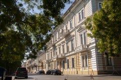 傲德萨,在乌克兰南部, Primorsky大道, 2018年7月10日 走在城市街道上在与古老大厦和gre的夏天 免版税库存照片